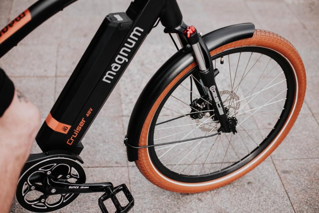 אופניים חשמליות דגם קרייסלר מבית מגנום בייקס. סוללה 48V, מנוע מחוזק ביותר לרכיבה נוחה ומפנקת.